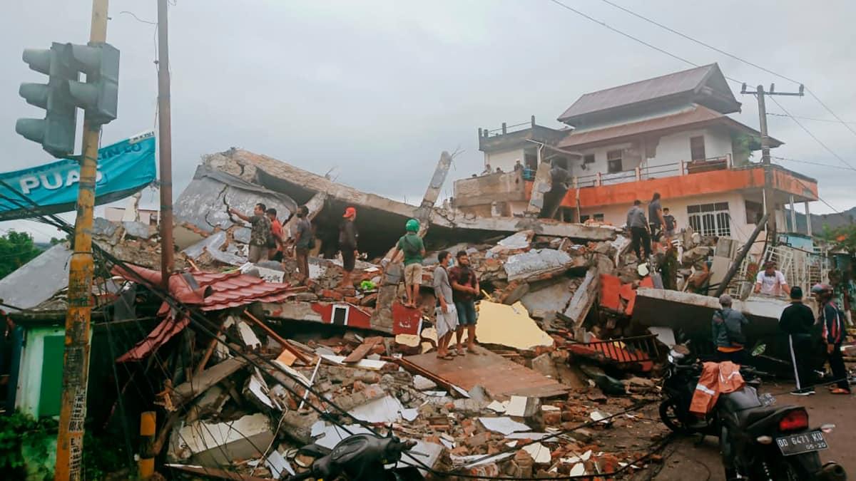 Terremoto in Indonesia di magnitudo 6.2: decine di morti, crolla hotel e ospedale