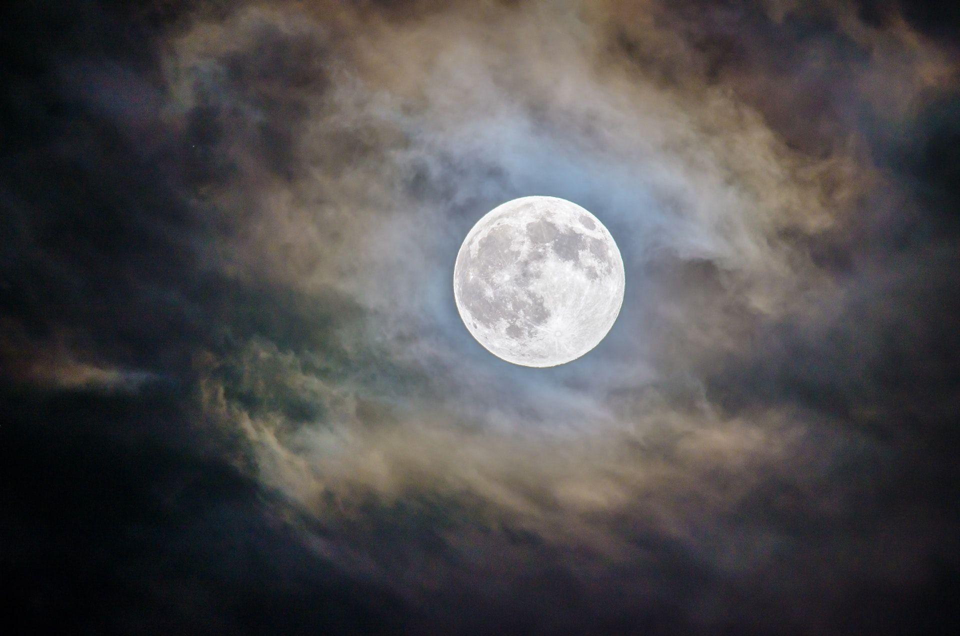La Luna del lupo: fatti, miti e curiosità sul primo plenilunio dell'anno